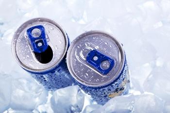 Енергетичні напої мають високий рівень вмісту кофеїну: він в три рази більше, ніж у каві. Фото: medweb.ru