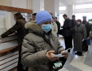 """Belarussians line up to buy face masks and anti-flu medications at a pharmacy in Minsk on November 2, 2009. Belarus has yet to confirm a death from the A (H1N1) """"swine flu"""" virus, but doctors keep watch amid a growing panic in nearby Ukraine.  AFP PHOTO / VIKTOR DRACHEV (Photo credit should read VIKTOR DRACHEV/AFP/Getty Images)"""
